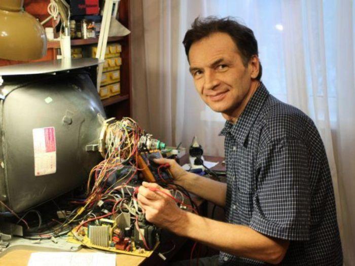 Телевизионный мастер всегда в почете. |Фото: tehznatok.com.