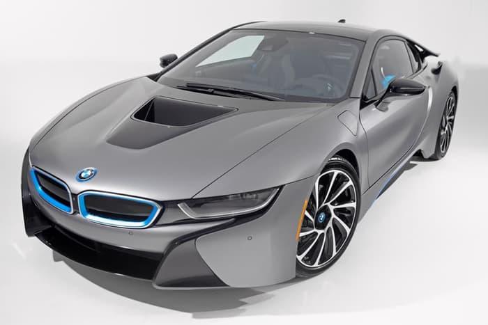 Автомобиль BMW i8.