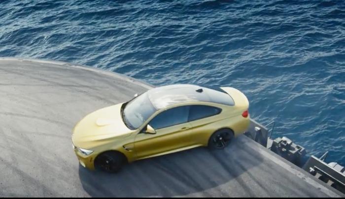 Автомобиль BMW M4 на треке.