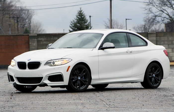 Автомобиль BMW M240i.