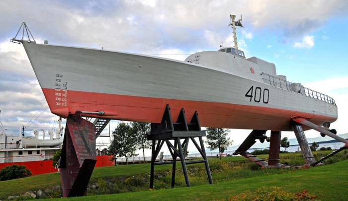 Военный корабль HCMS Bras D'Or 400.