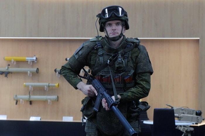 «Самый несчастный» солдат на «Армии-2018» в полной экипировке, на самом деле весь день без проблем ходил в экзоскелете.