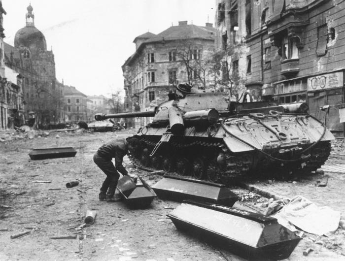 Венгерское восстание пришлось давить советским войскам, после того как местное руководство не справилось с ситуацией.  Фото: livejournal.com.