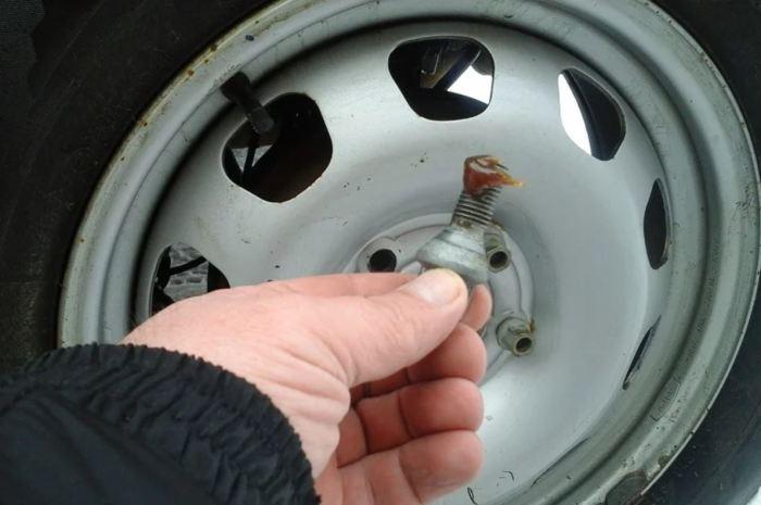 Смазывать колесные болты нельзя. |Фото: yandex.uz.