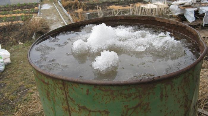 Можно утопить на дне канистру. |Фото: livejournal.com.