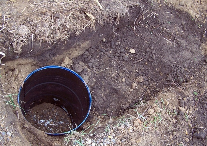 Можно бочку закопать, но делать это нужно до наступления морозов. |Фото: handmade32.ru.