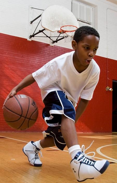 Сколько раз можно пронести баскетбольный мяч между ногами за 30 секунд.