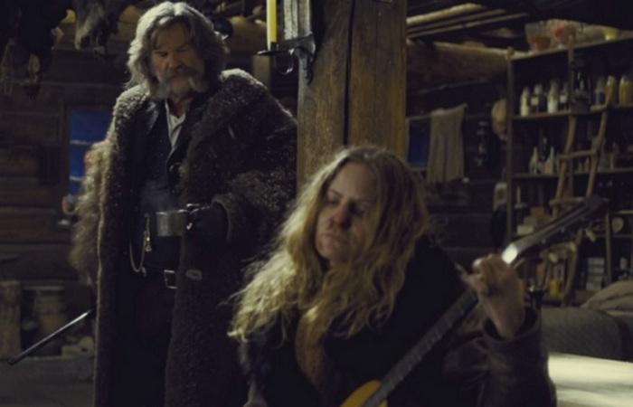 Курт Рассел уже присматривается к гитаре...