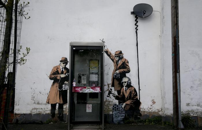 Оригинал работы Бэнкси «Spy Booth».