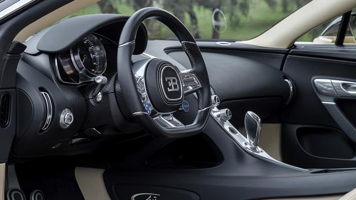 Компоновка водительского места Bugatti Chiron.