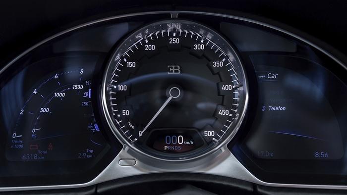 Приборная панель Bugatti Chiron.