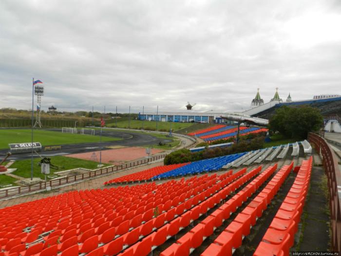 Наверху стоит стадион. |Фото: menstois.ru.