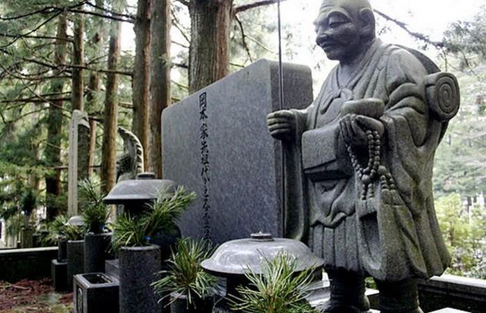 Кладбище Окуноин и другие необычные места захоронений.