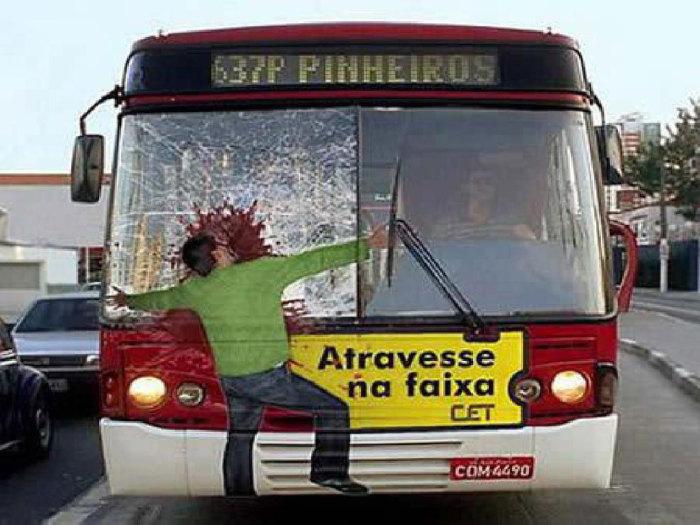 Автобус, напоминающий о безопасности на дорогах.