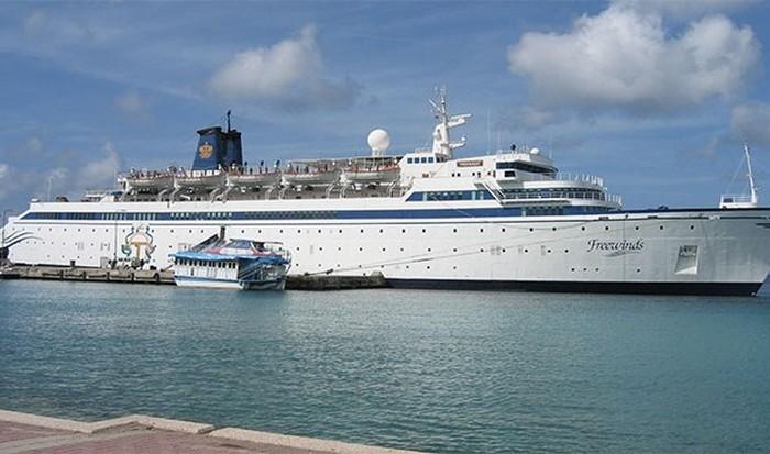 Первое в истории круизное судно MV Freewinds.