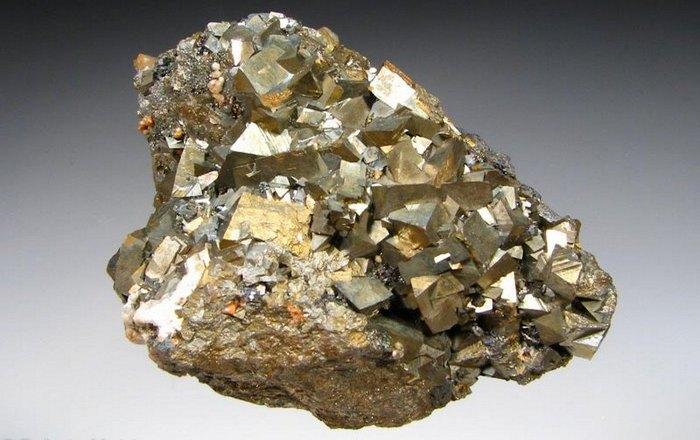 Арсенопирит - минерал с запахом чеснока.