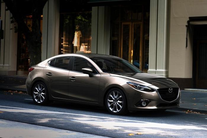 Автомобиль Mazda 3.