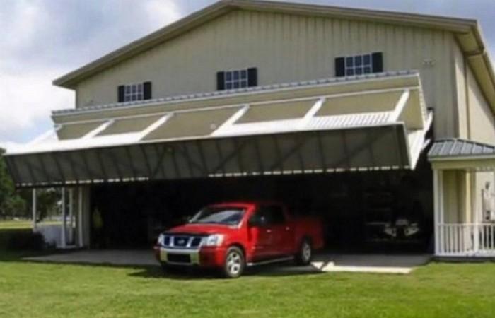 Огромный гараж за верандой.