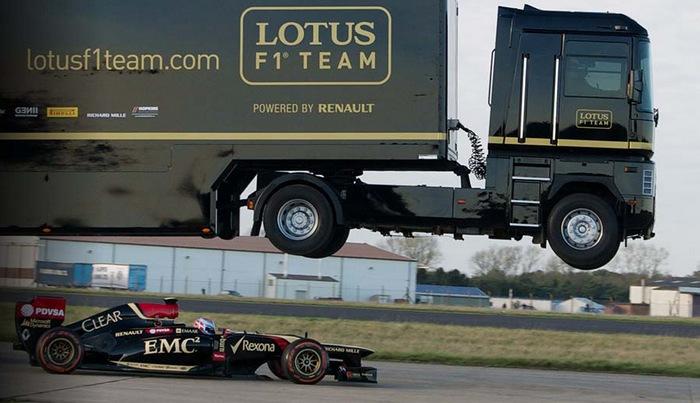 Сумасшедшие рекорды: грузовик перепрыгнул через болид Формулы-1