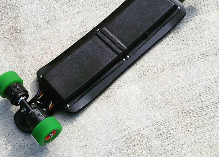 Заряда аккумулятора скейтборда Carvon хватит на 22,5 км.