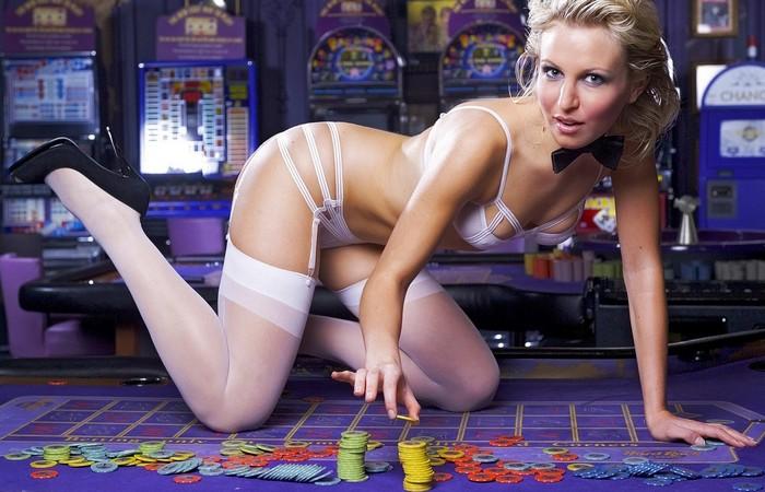 Секрет казино: декольте девушек разносящих напитки.