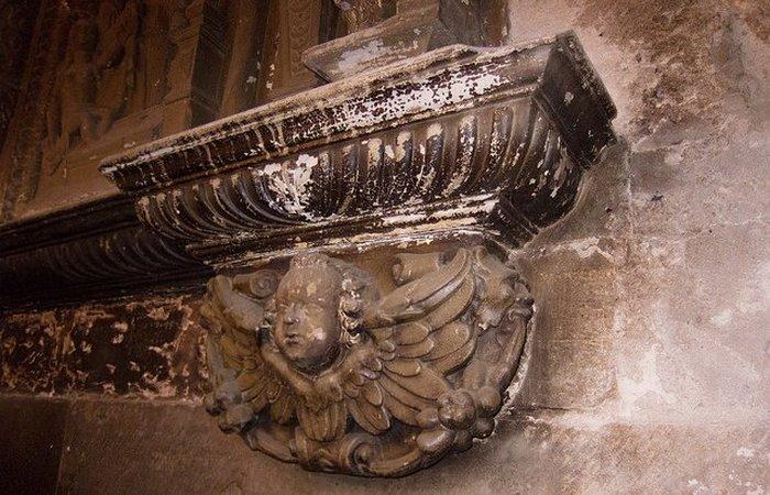Отделка камина 12-го века.