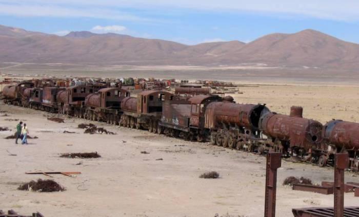 Кладбище поездов в Боливии.