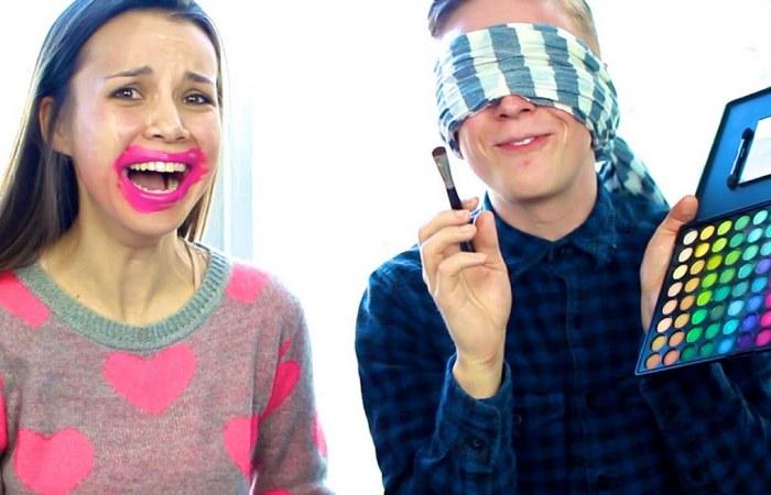 Флэш-моб «Blindfold Makeup Challenge».