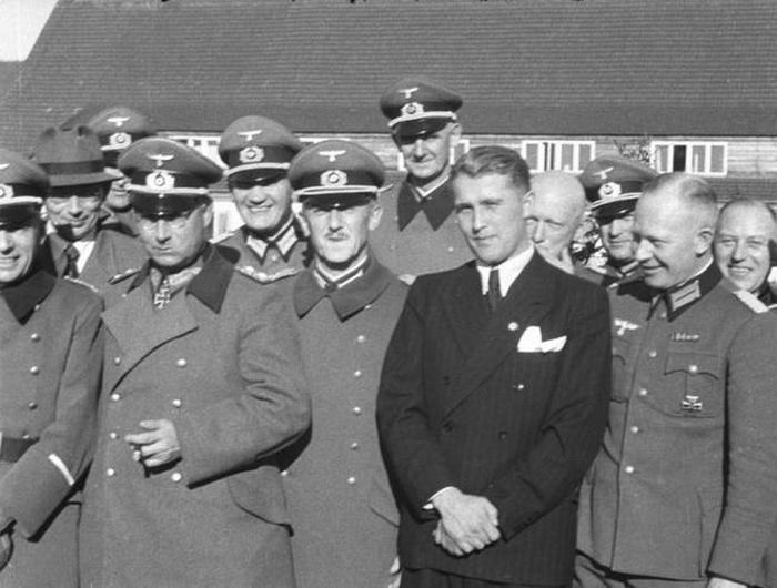 Вернер фон Браун (в гражданской одежде).