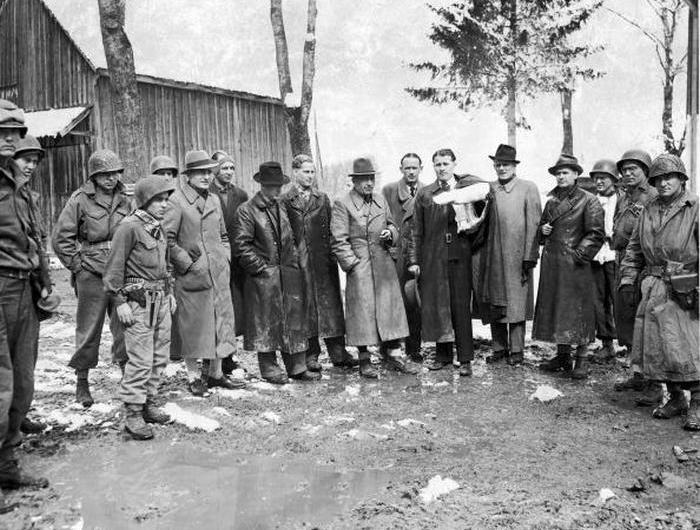 Группа немецких ученых и солдат 7-й армии США.