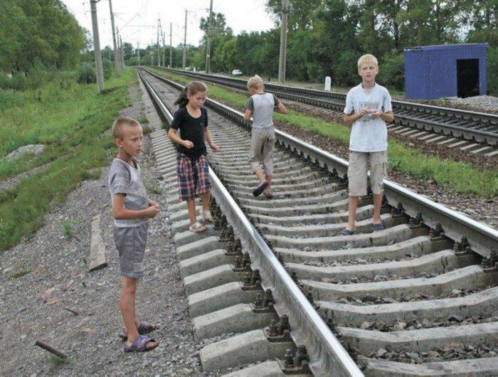 Железная дорога - не место для игр!  Фото: vestiprim.ru.
