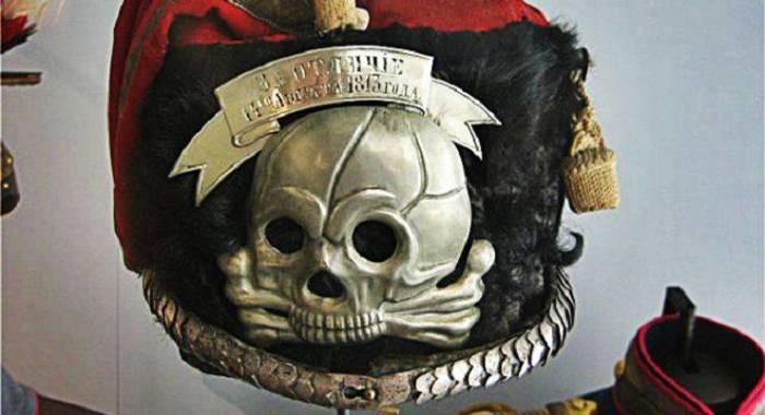 Мертвая голова на гусарской шапке. /Фото: stoneforest.ru.