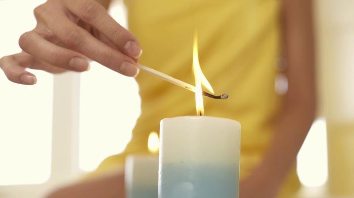 Зажигаем свечку и держим над ней каждую головку. |Фото: YouTube.