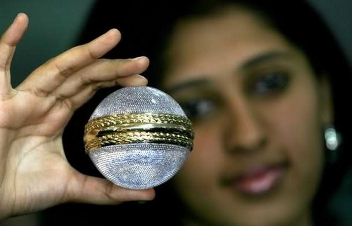 Самый дорогой мяч для крикета.