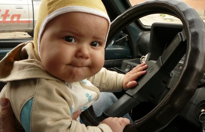 Не оставляйте ребенка одного в автомобиле.