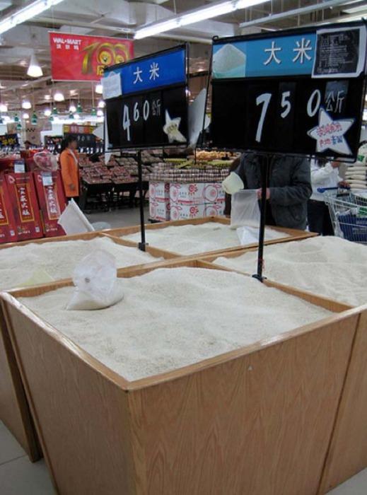 Рис разных сортов и в огромных объёмах.