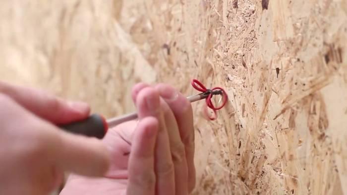 Можно подложить резинку. |Фото: youtube.com.