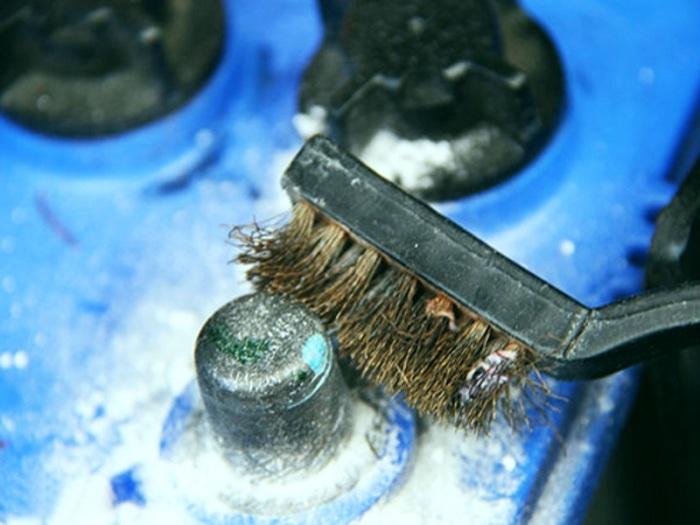Аккумулятор нужно чистить. |Фото: ase-avto.com.