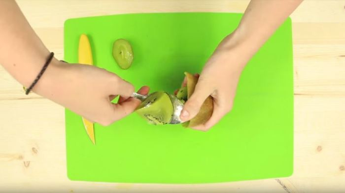 Берем ложку и начинаем работать. ¦Фото: YouTube.com.
