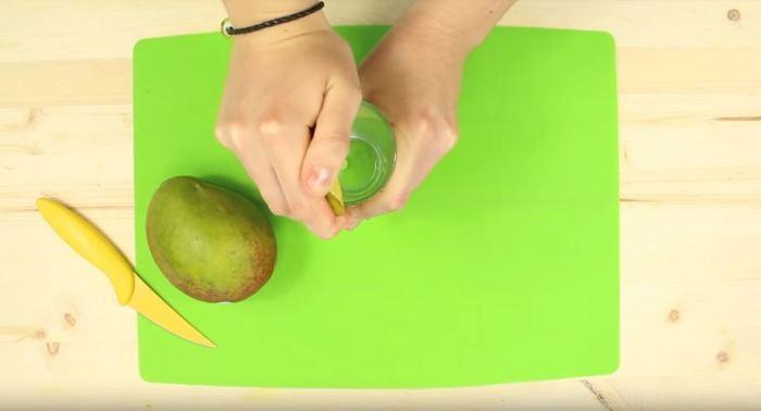 Любые плотные фрукты чистятся таким образом. ¦Фото: YouTube.com.