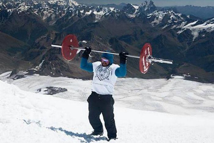 75-килограммовая штанга на Эльбрусе (5642 м).