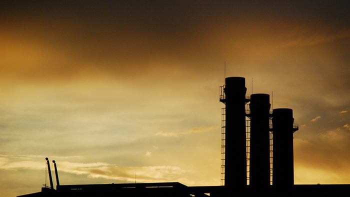 Сжигание угля приводит к появлению смога.