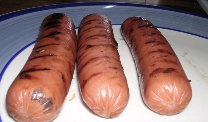 В кофеварке можно приготовить сосиски для хот-догов.