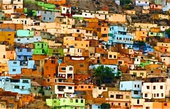 Лима - красочные дома на холмах.
