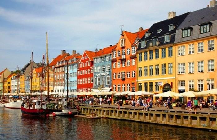 Копенгаген, район исторической набережной: таунхаусы, кафе и рестораны.