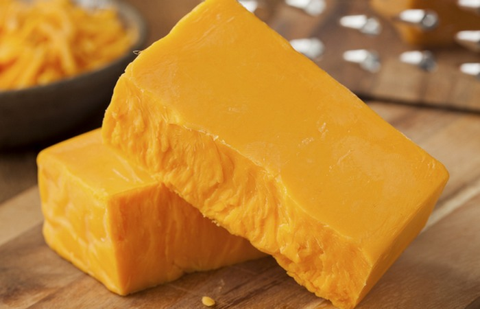 Сыр чеддер специально окрашивают.