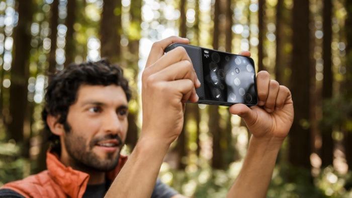 Фотоаппарат сделан по технологии DSLR.