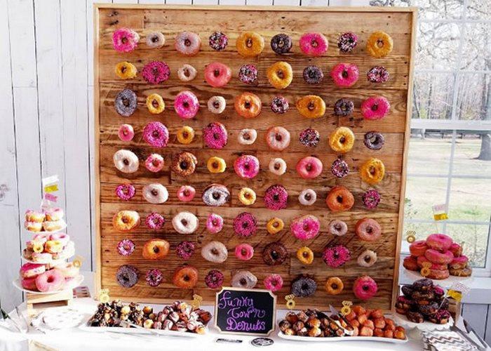 Необычно и вкусно: «Стена донатов» (для свадеб).