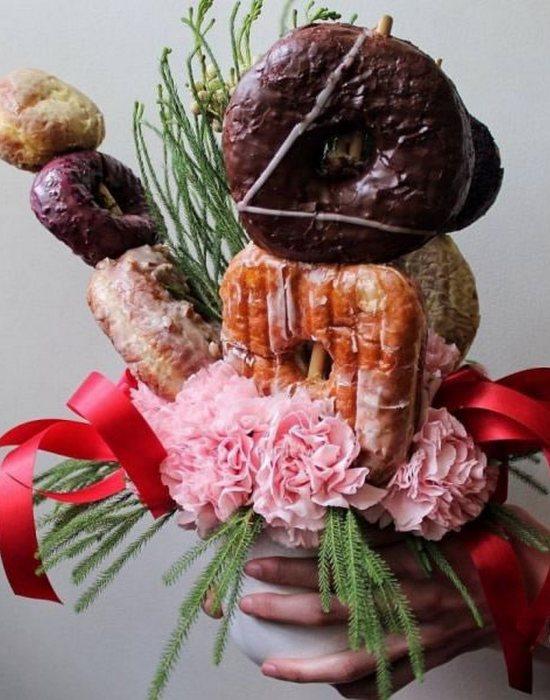 Необычно и вкусно: букет из пончиков.