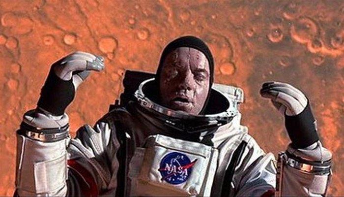 В космосе мгновенно замерзаешь.